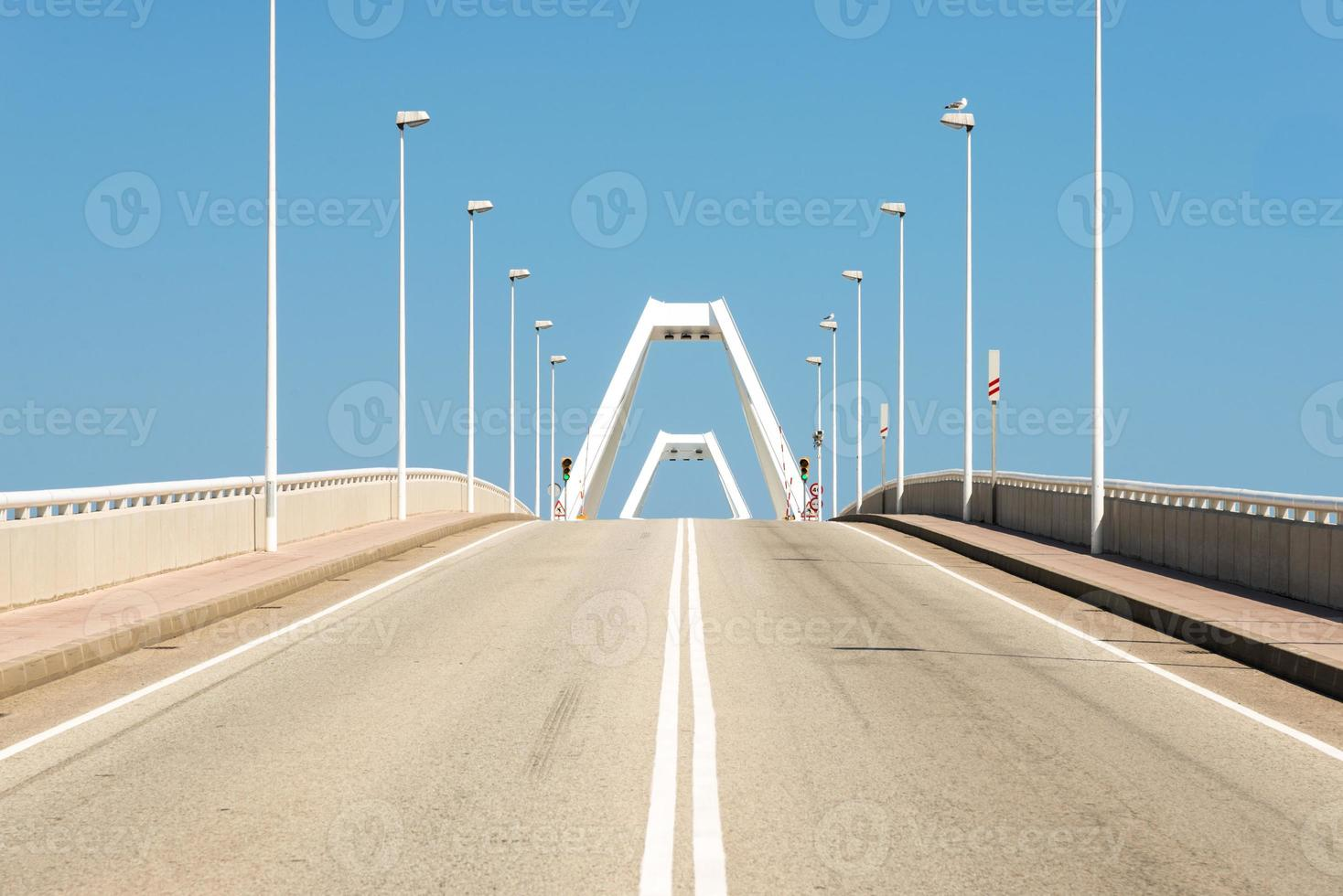 carretera conduce al puente basculante en el puerto de barcelona foto
