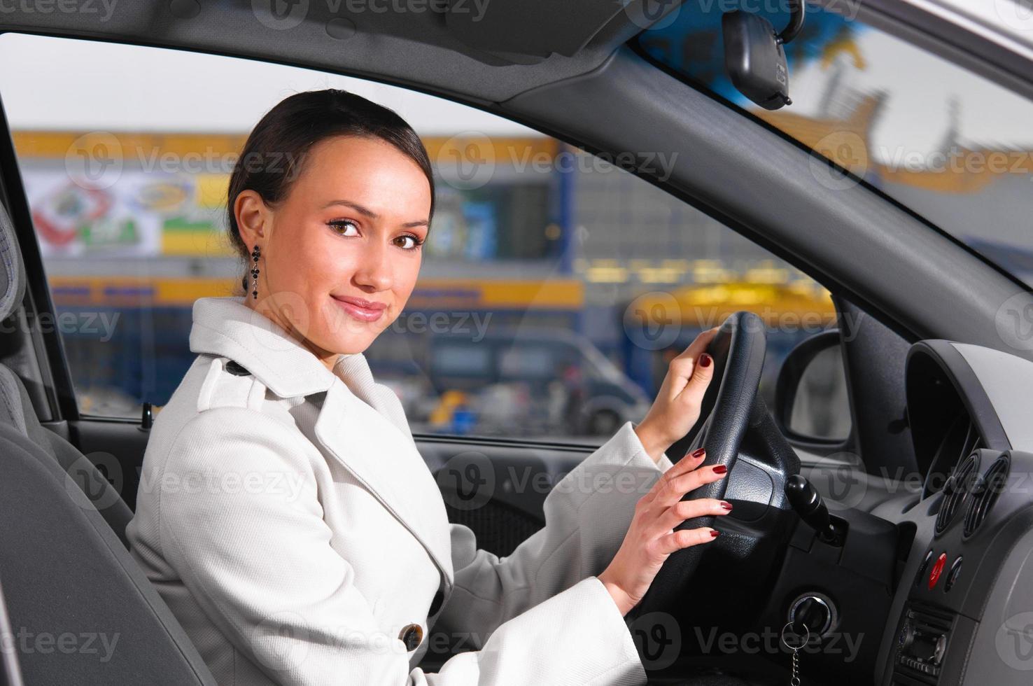 mujer de negocios en un auto foto
