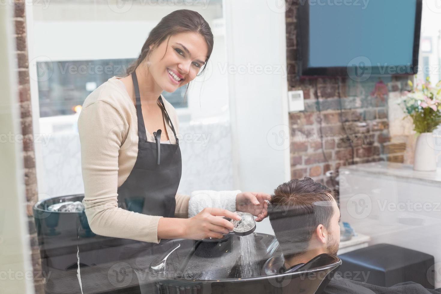 estilista lavado mans cabello foto