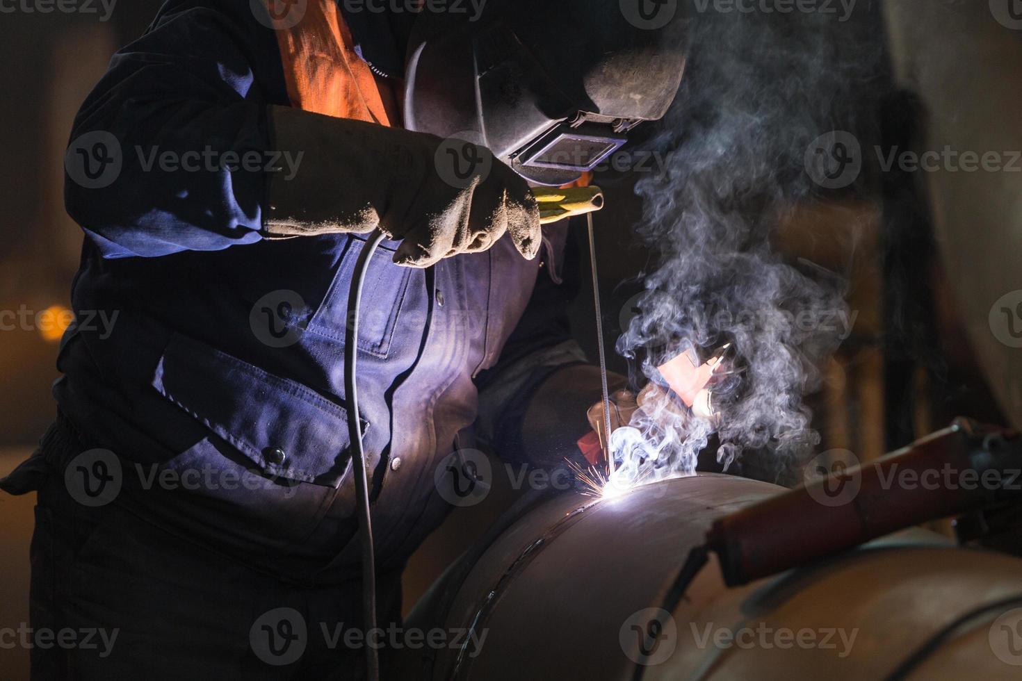 soldador de arco en el trabajo foto