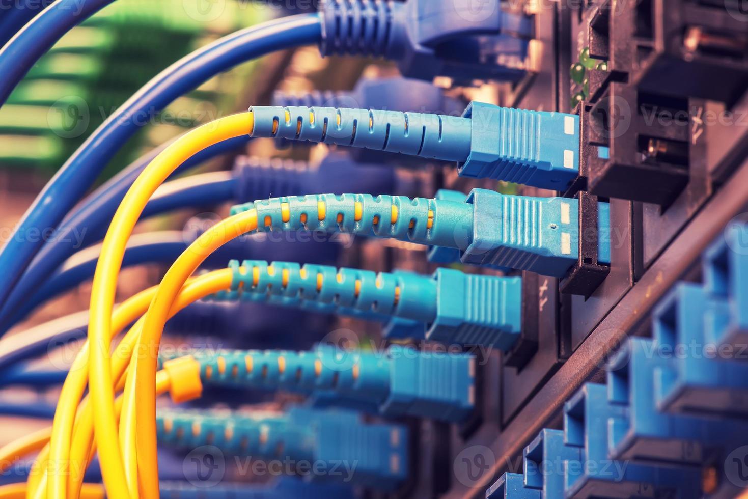 cables de fibra óptica y cables de red utp foto