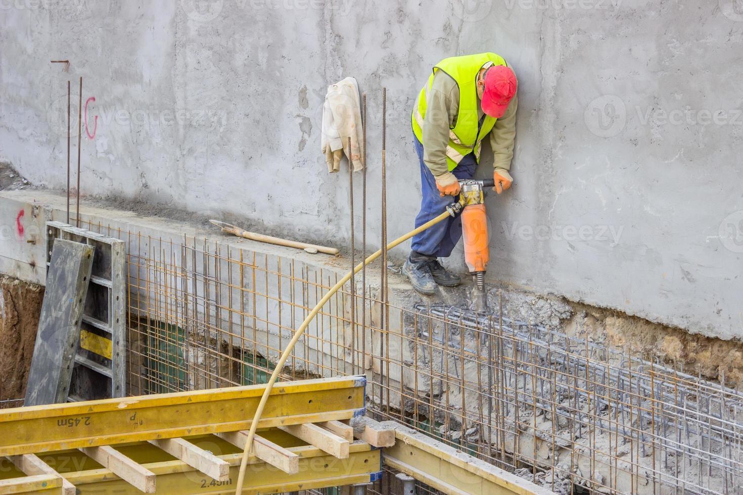trabajador constructor utilizando un martillo neumático foto
