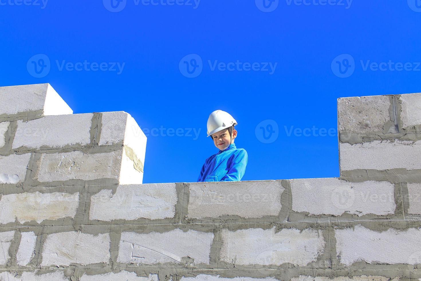 niño en un sitio de construcción foto