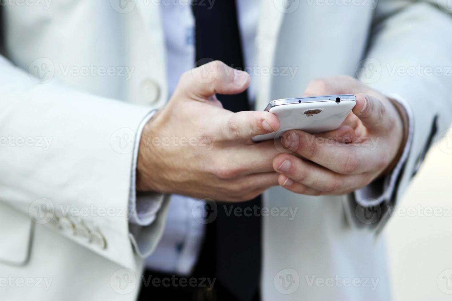 mãos com telefone celular foto