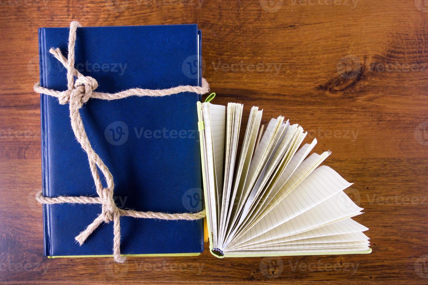 composición con libros antiguos de tapa dura atados con una cuerda foto