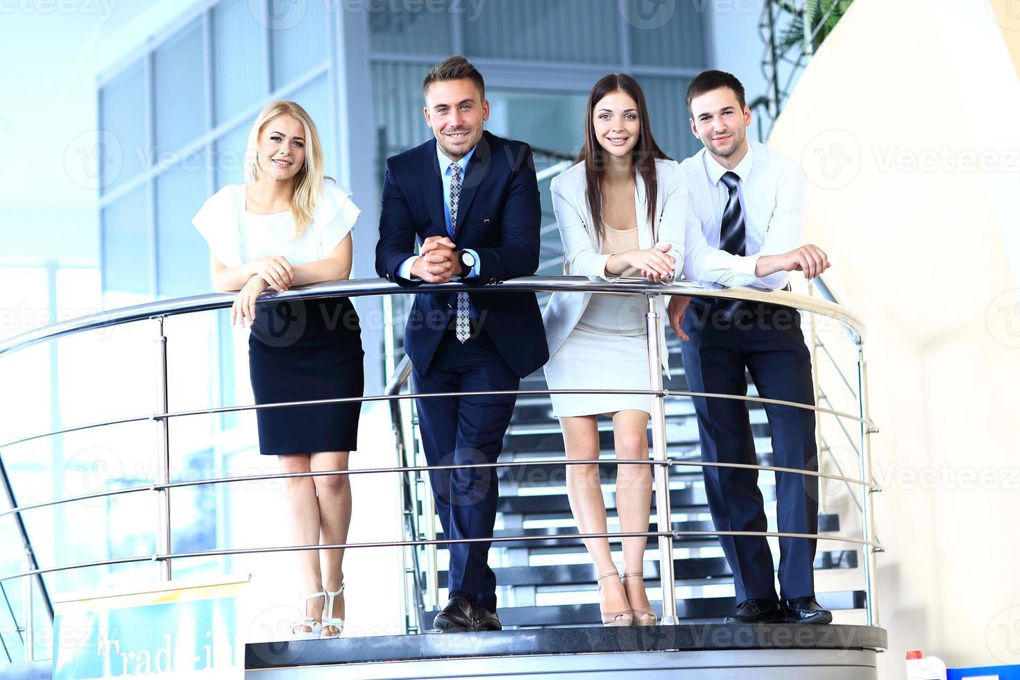 Retrato de grupo empresarial positivo foto