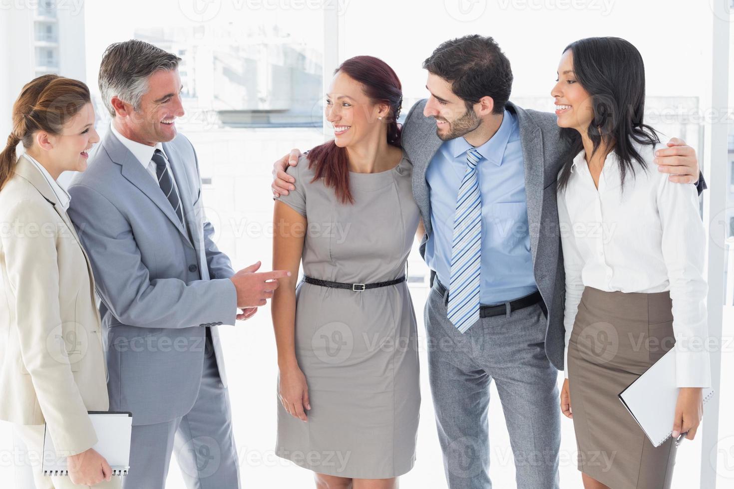 equipo de negocios charlando y sonriendo foto