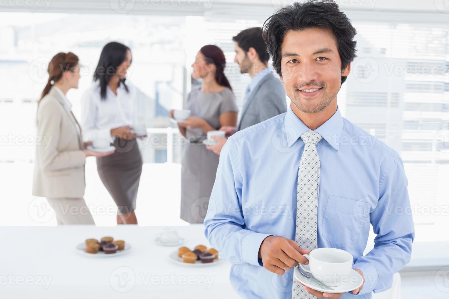 empresario sonriente con una bebida foto
