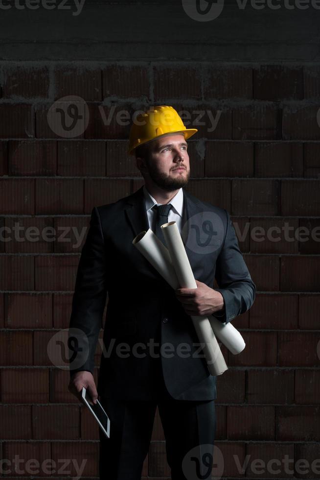 joven trabajador de la construcción en casco foto
