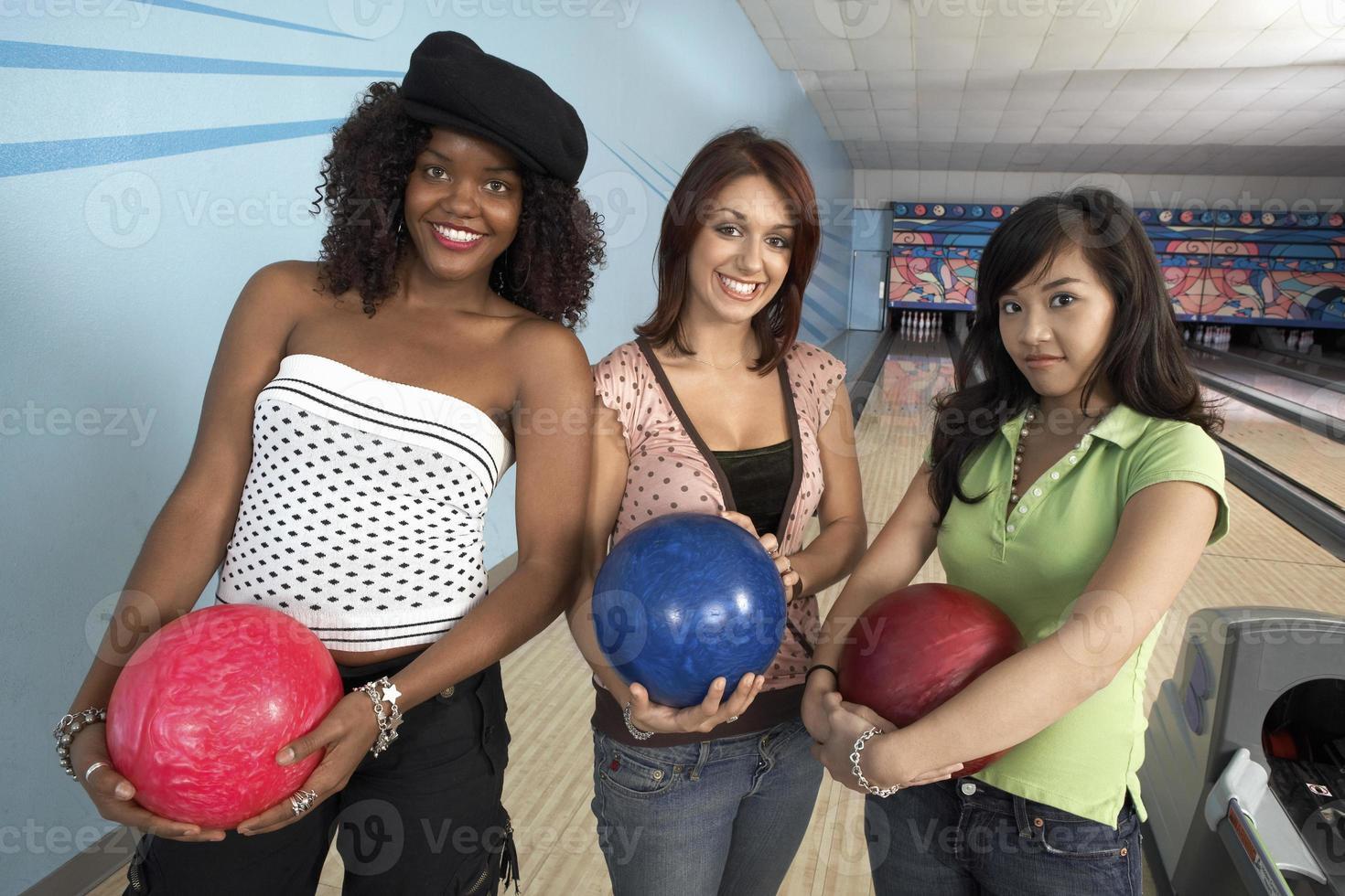 groep vrienden in bowlingbaan foto
