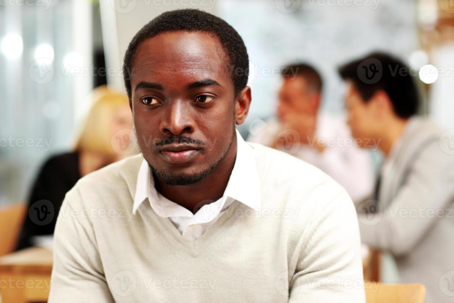 empresário sentado na frente dos colegas foto