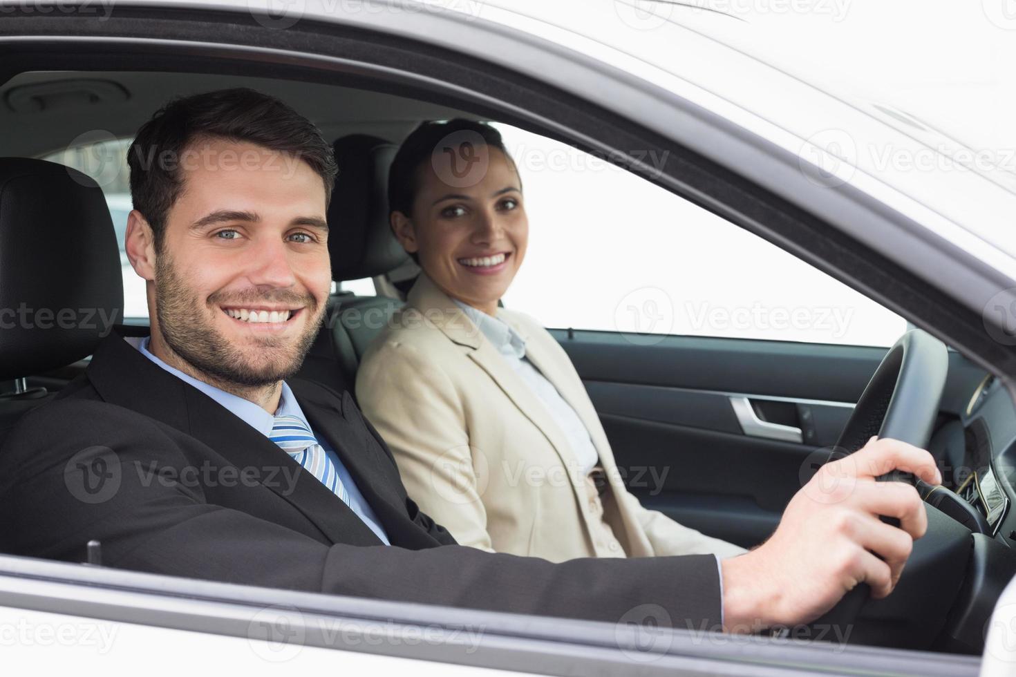 joven equipo de negocios conduciendo a alguna parte foto