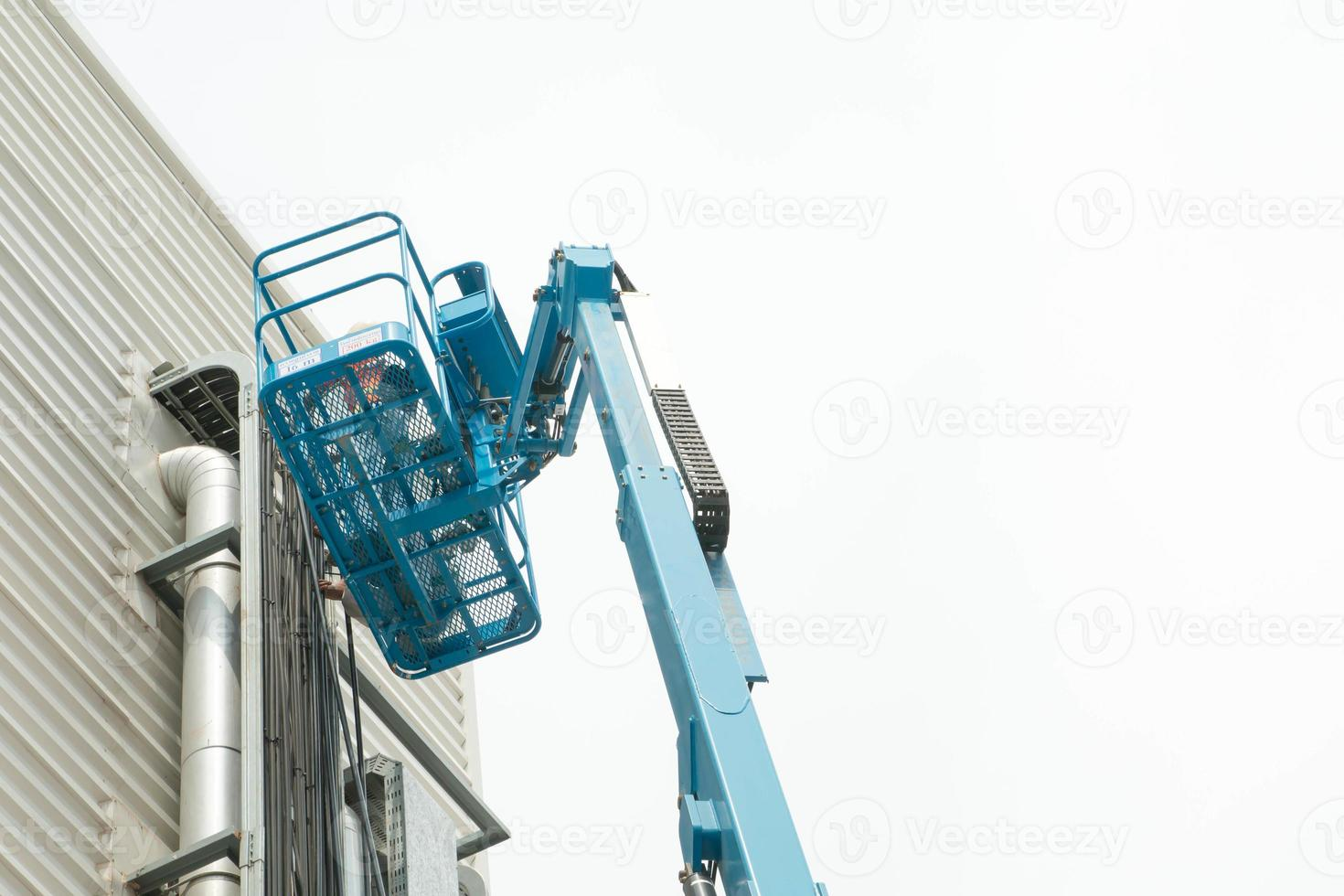 plataforma de construcción móvil hidráulica elevada hacia un azul foto