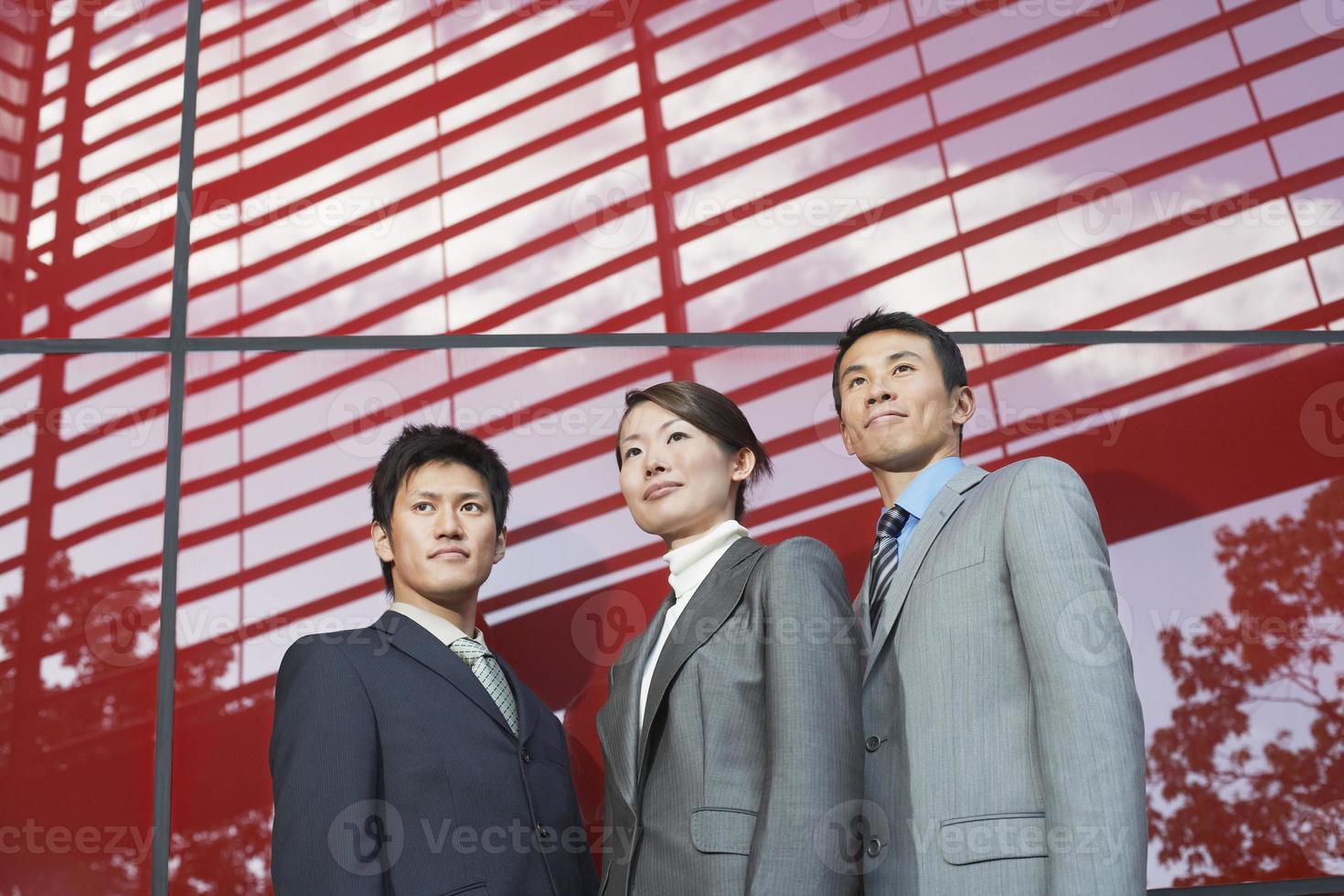 Retrato de tres empresarios confiados foto