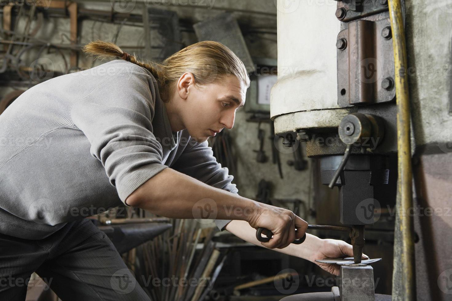 herrero trabajando en taller foto