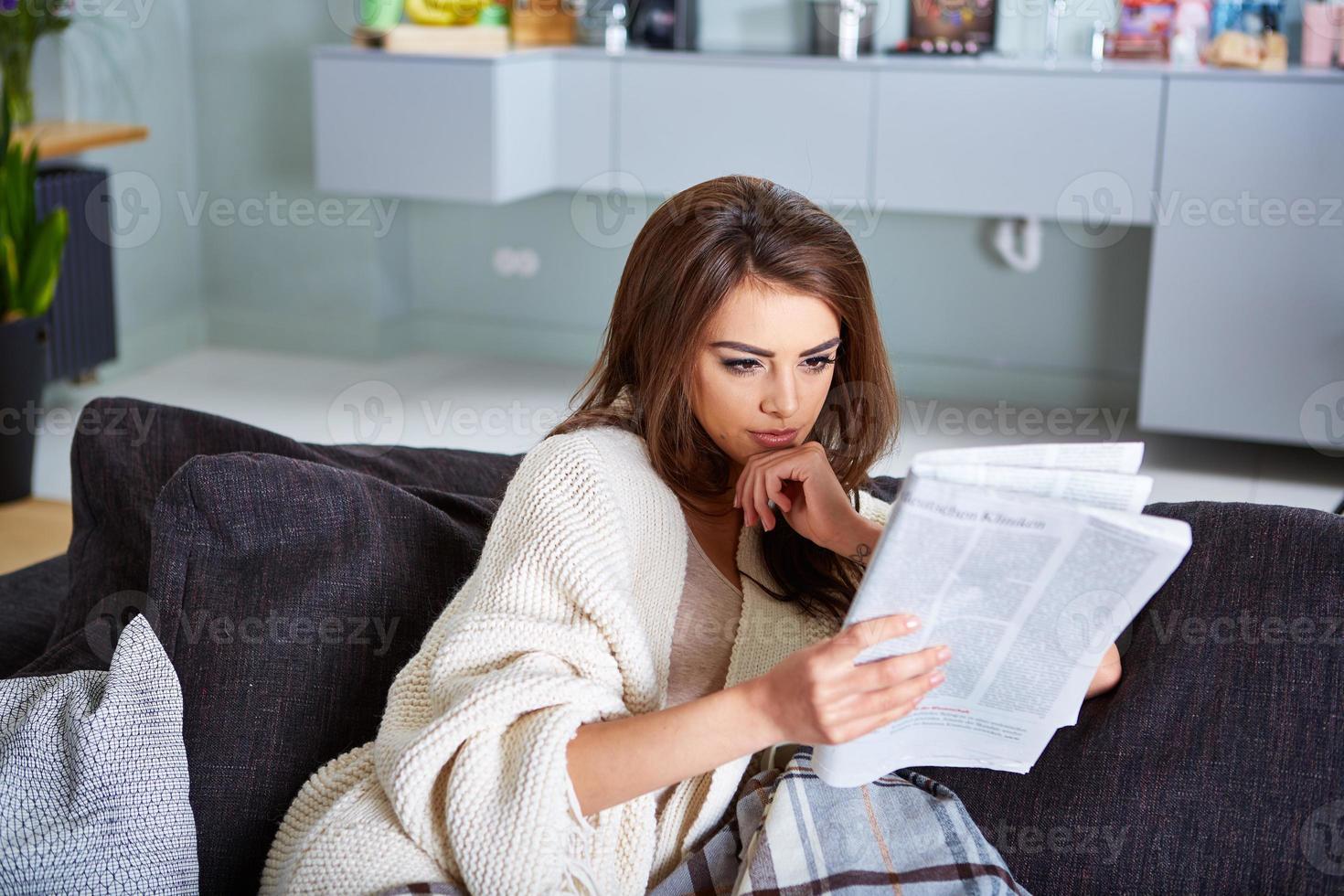 joven mujer feliz leyendo periódico foto