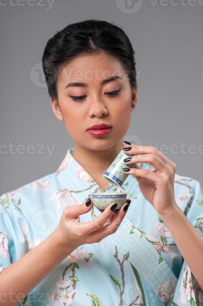 clásico juego de té asiático en mesa de madera foto