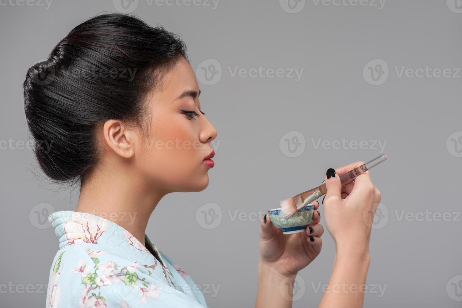 mujer asiática preparando ceremonia del té foto