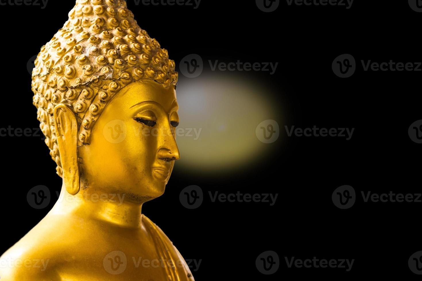 Buda de oro aislado sobre fondo negro foto