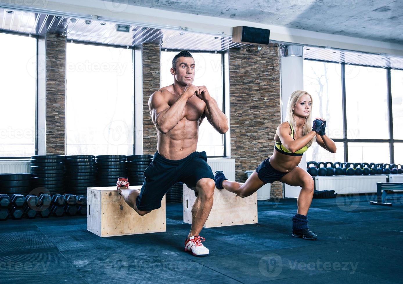 mujer y hombre trabajando en el gimnasio foto