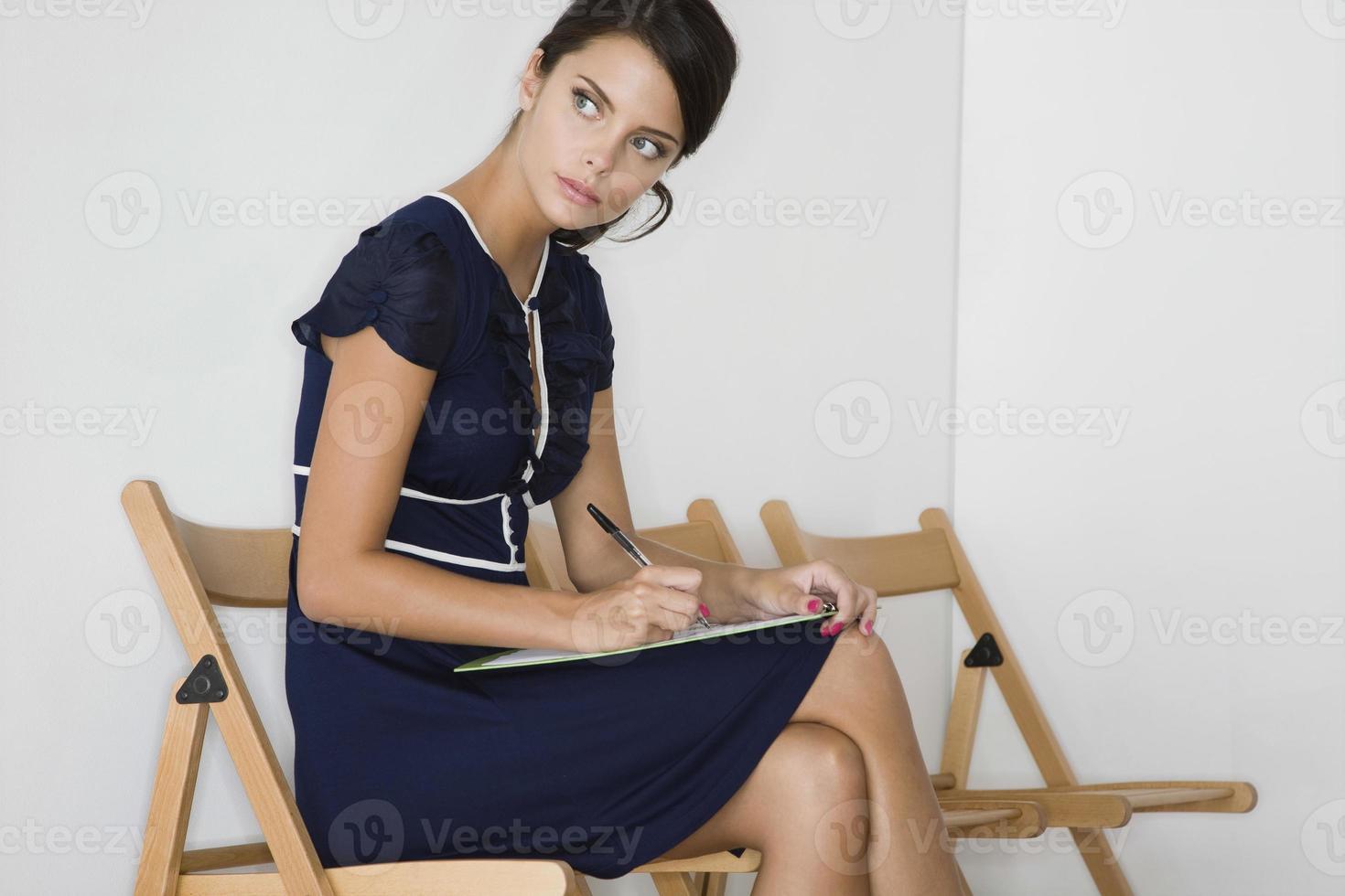 mujer con vestido azul mirando a otro lado foto