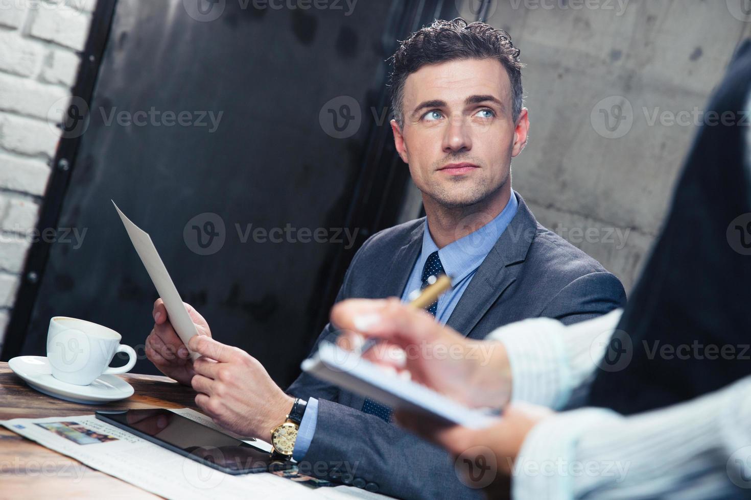hombre haciendo el pedido en el restaurante foto
