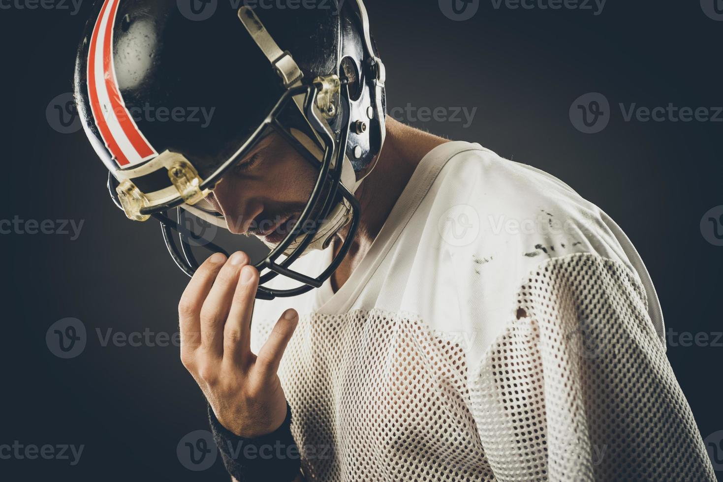 voetbalspeler met helm foto