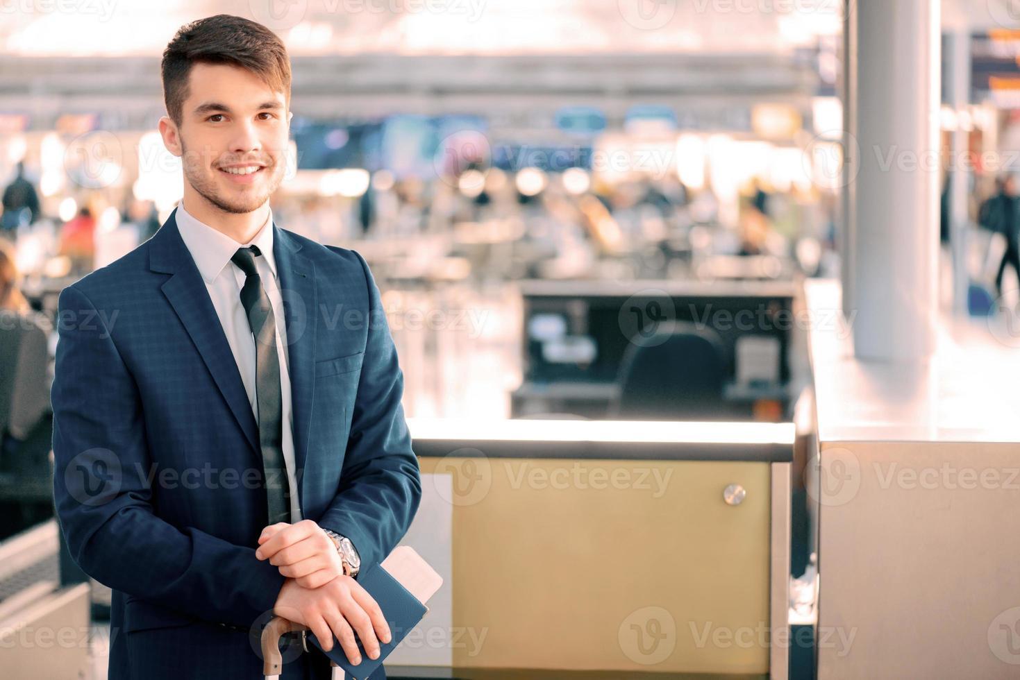 hombre guapo en el aeropuerto foto