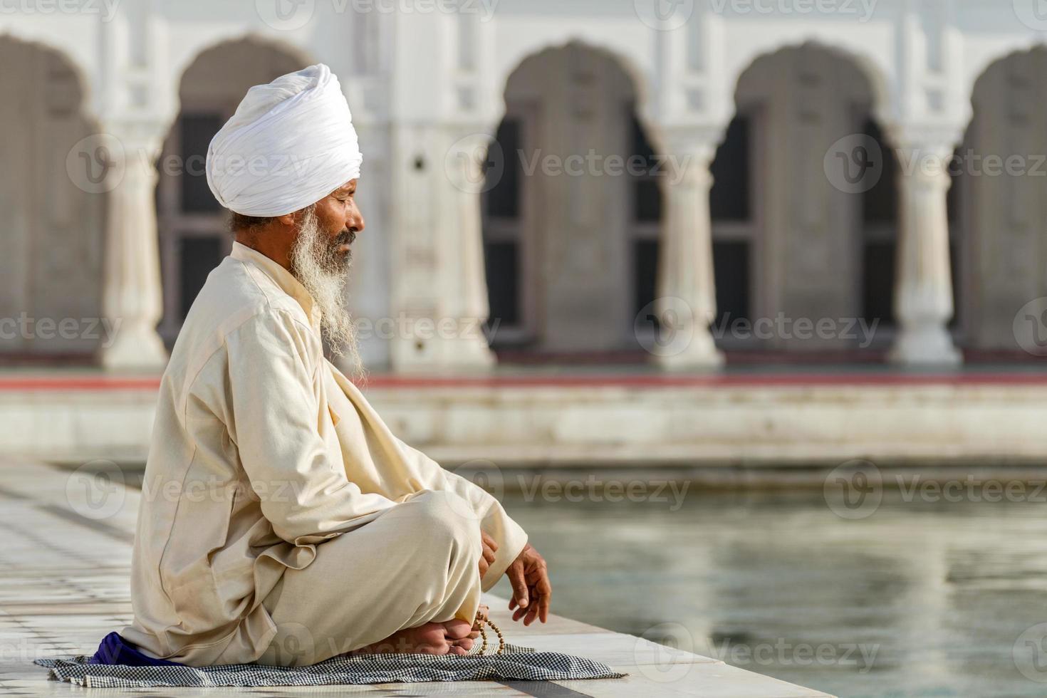 sikh en una oración de obliteración foto