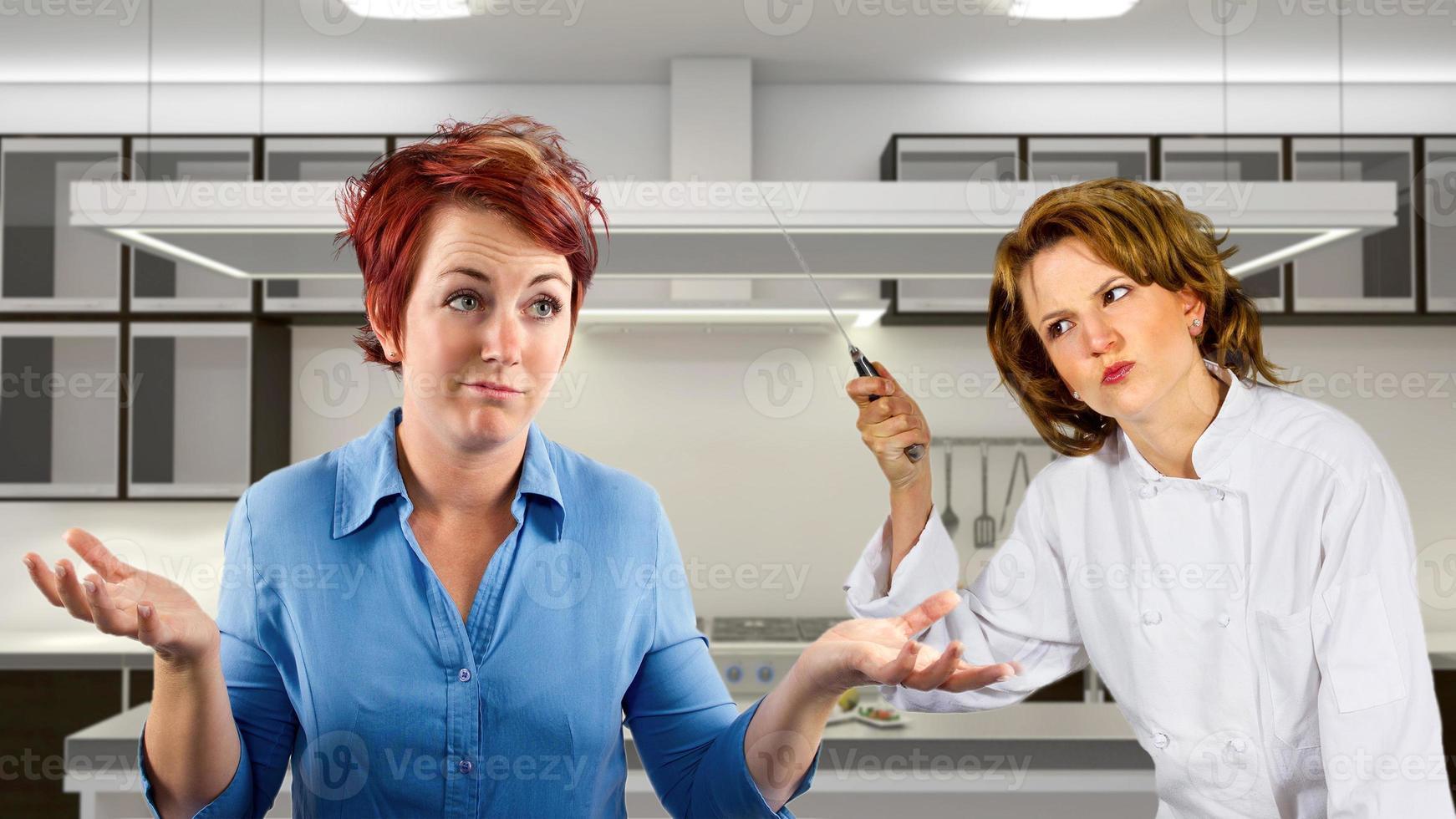 discutiendo camarera y chef personal de cocina en una cocina foto