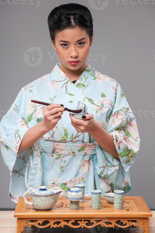 mujer japonesa preparando la ceremonia del té foto