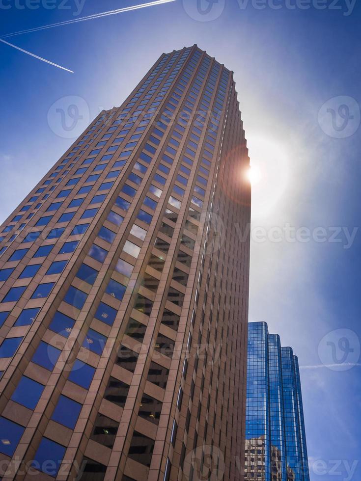 edificio moderno de gran altura foto