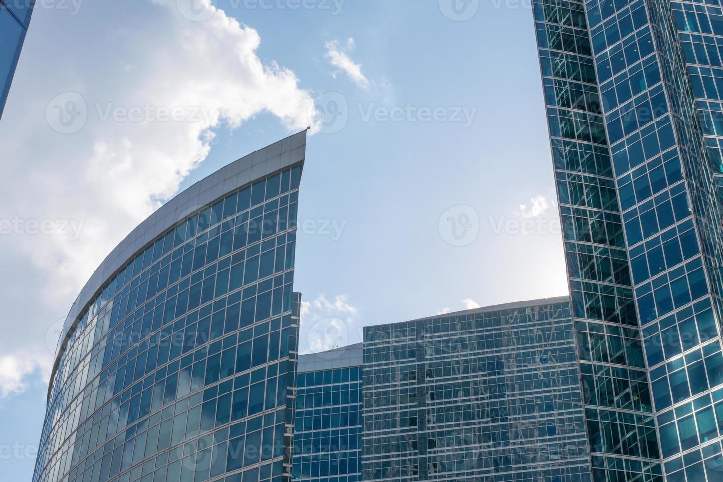 rascacielos en el cielo azul con nubes foto