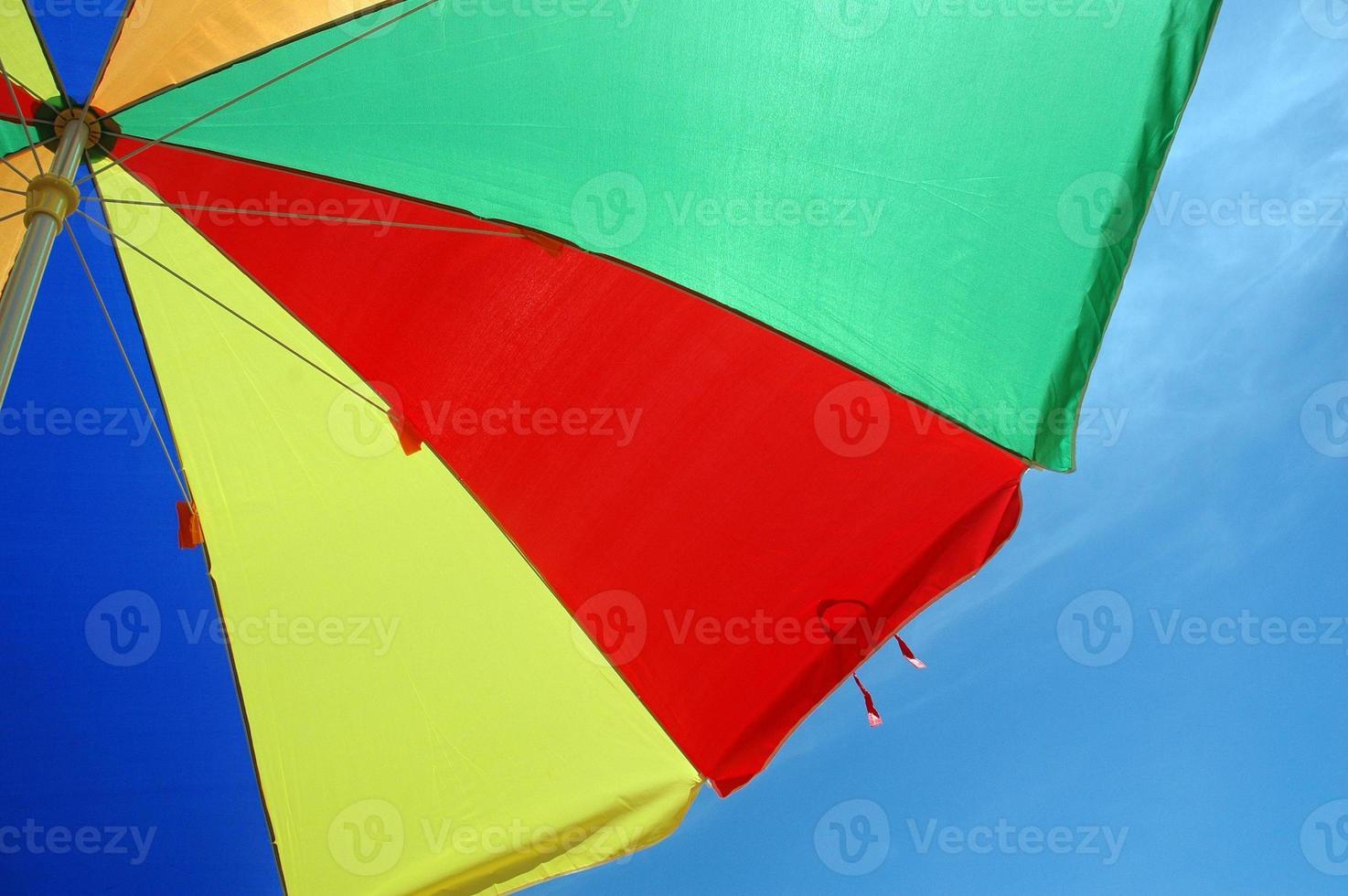 colorida carpa paraguas con fondo de cielo azul foto