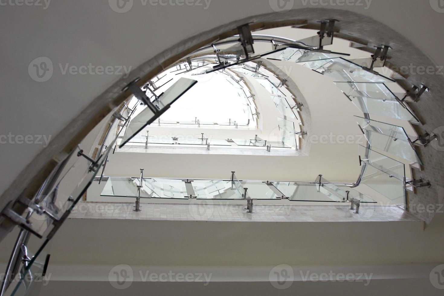 vista superior escalera de cristal moderna foto