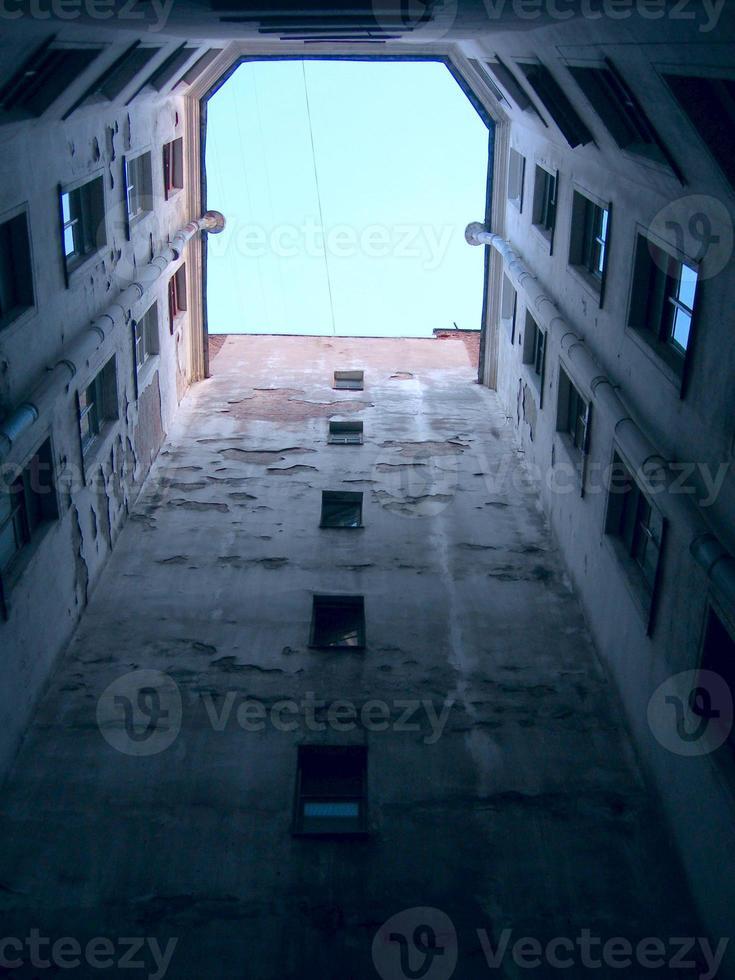 escorzo inusual de las paredes de la casa antigua de varios pisos. foto