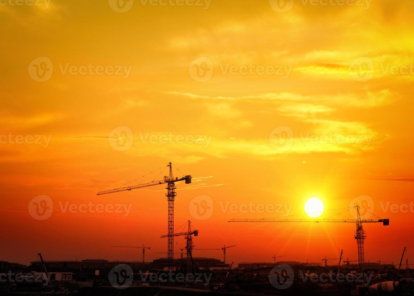 poste de alto voltaje. Fondo de cielo de torre de alto voltaje. foto