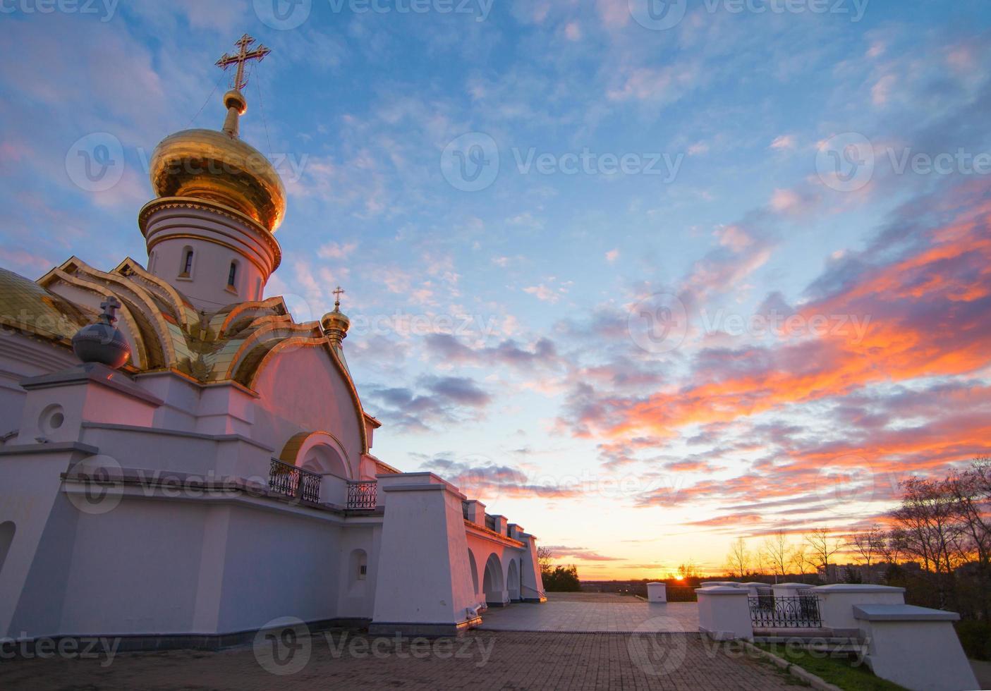 Templo serafim sarovsky en puesta de sol en Khabarovsk, Rusia foto