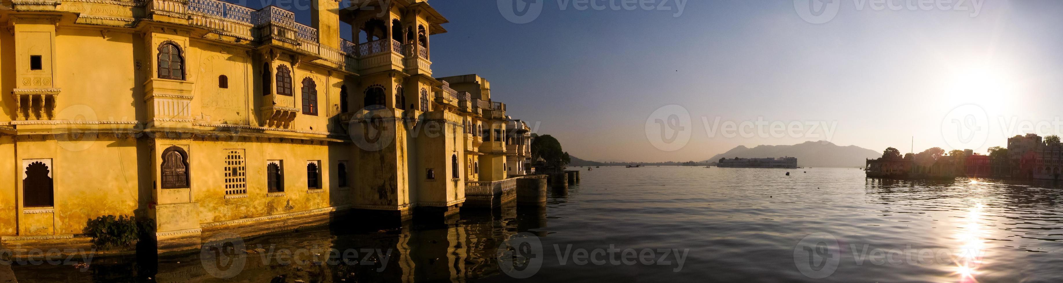 puesta de sol sobre el palacio y el lago foto