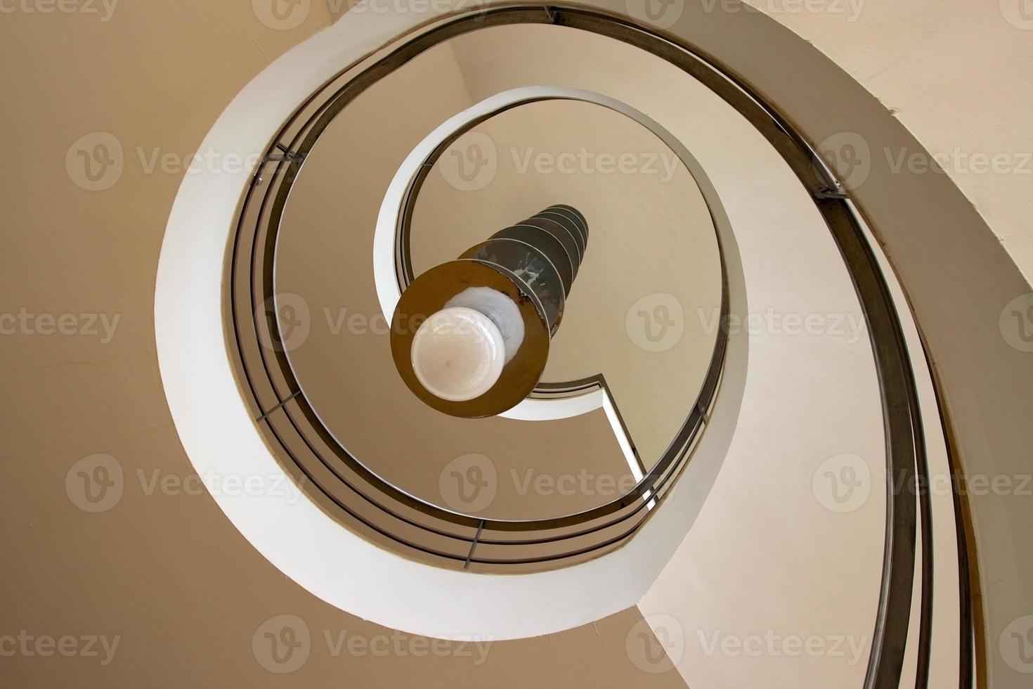 Escalera de caracol moderna, mirando hacia arriba. foto