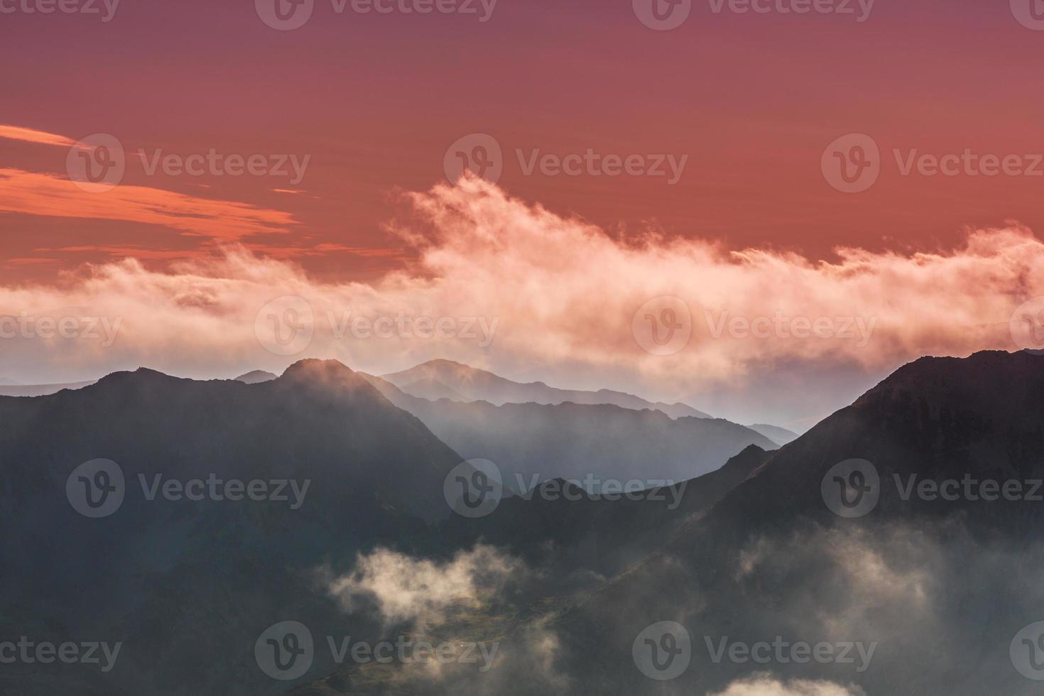 hermosos paisajes de montaña en los Alpes foto