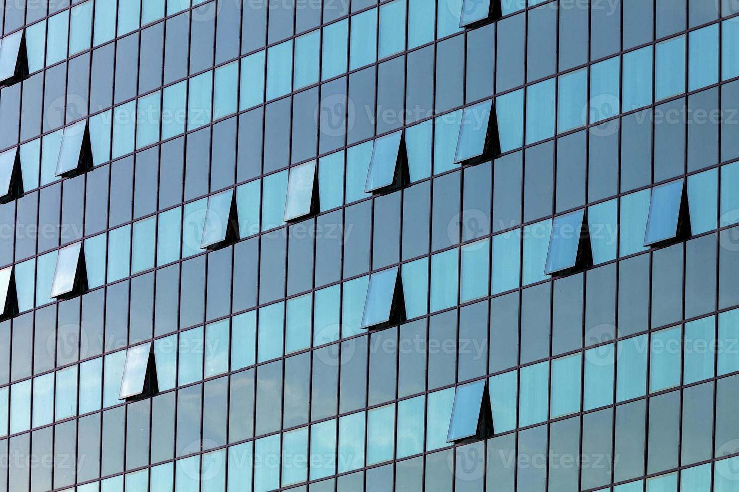 fachada de vidrio con ventanas abiertas foto