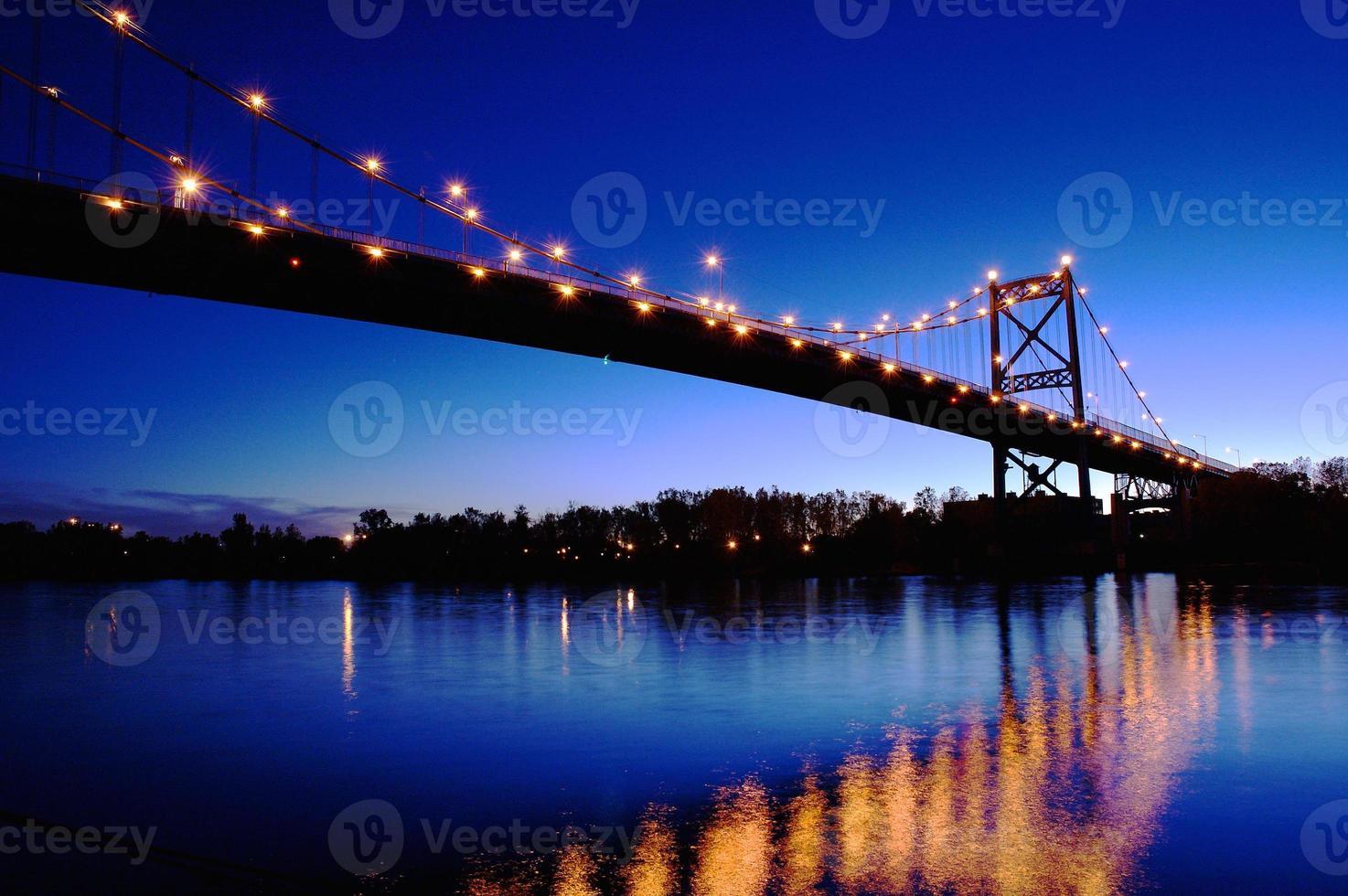 puente y reflexiones foto