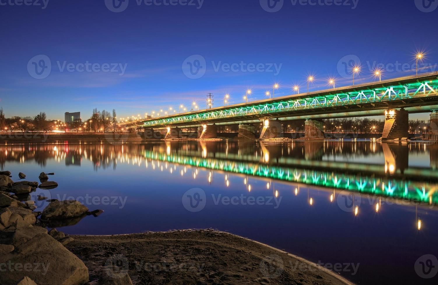 puente resaltado en la noche foto