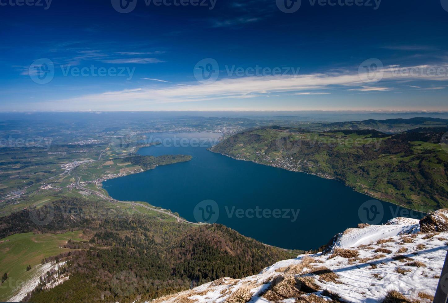 Vista aérea del lago de Lucerna desde la cima de la montaña Rigi foto