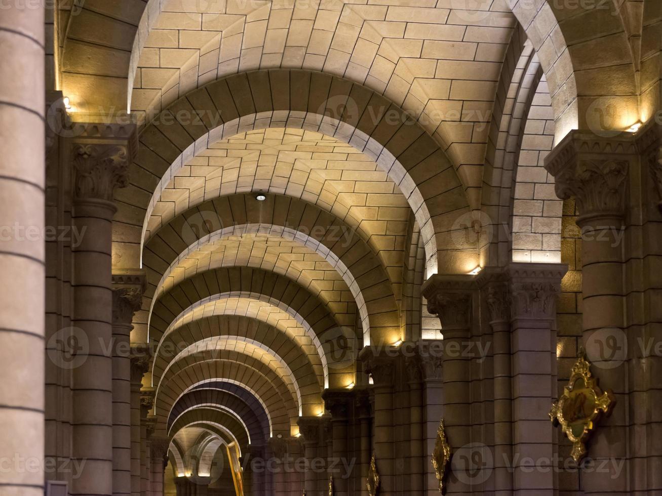 pasillo de la catedral de mónaco foto