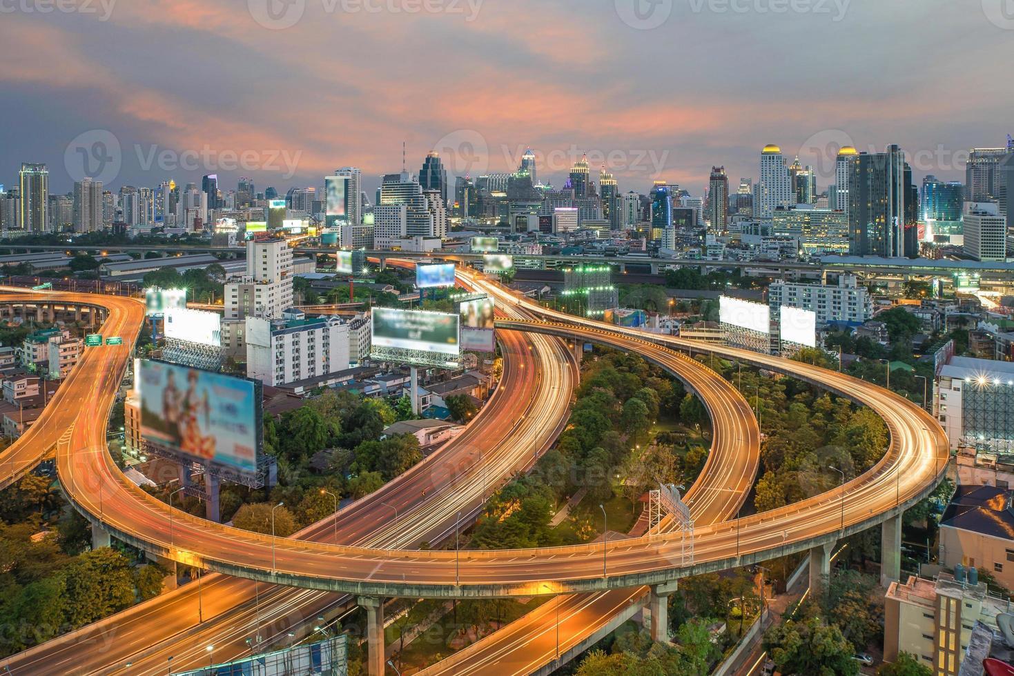 Vista superior de la autopista y autopista de Bangkok, Tailandia foto