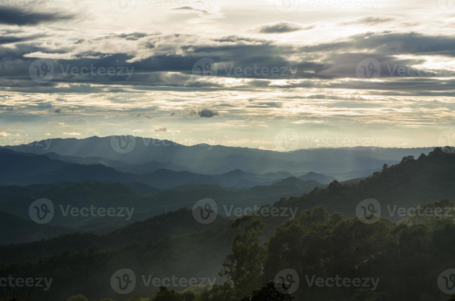 nubes de lluvia sobre las montañas en Tailandia foto