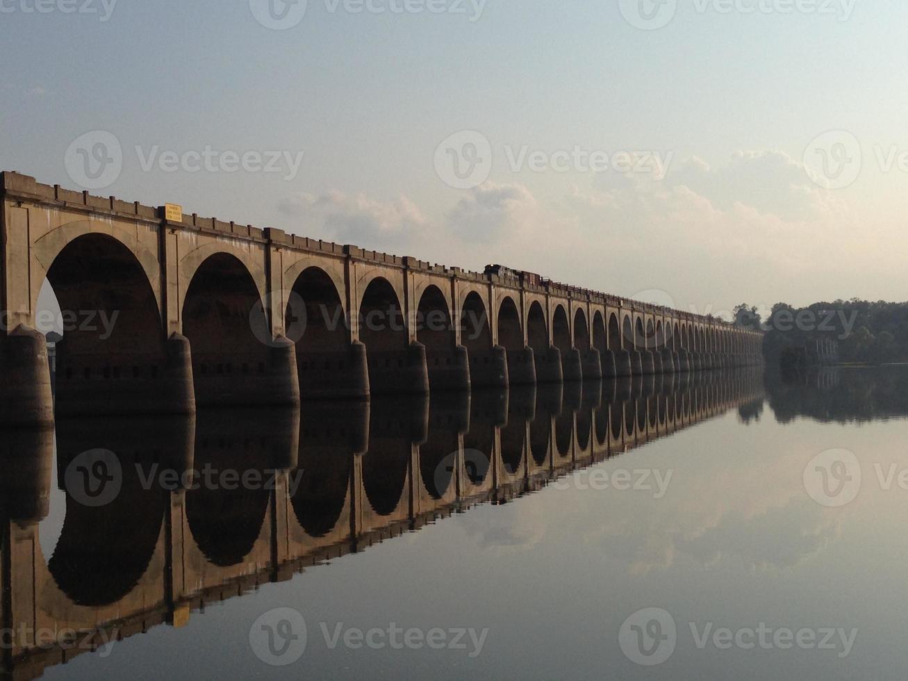 reflejo del puente foto