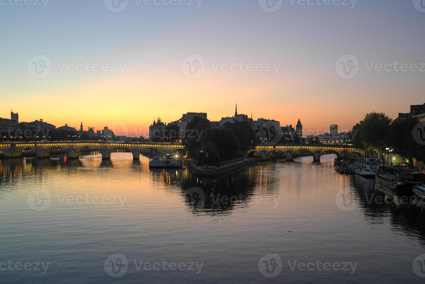 el río Sena al amanecer foto
